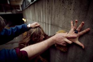 Kvinnor är allt otryggare i offentliga miljöer, men det är i hemmet som våldet sker. Foto: Heiko Junge / Scanpix