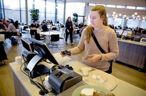 """Malin Lans, processingenjör, har lastat på vegetarisk mat för 68 kronor på sin tallrik. """"Jag tycker det här är bra"""", säger hon."""