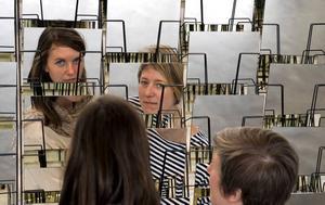 """Bländverk. Konstnärerna Åsa Norberg och Jennie Sundén har skapat verket """"Repeat and reverse"""" som består av spegelglas                            och informationsställ. Foto: Maja Suslin/Scanpix"""