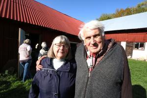 Jan Johansson och hustrun Siv utanför huvudbyggnaden till Jans fossilmuseum.