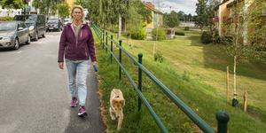 Lollo Pettersson, här med hunden Bosse, tycker att det byggs för mycket och för stort i Nykvarn.