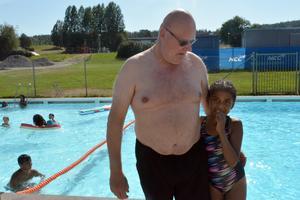 Krister Gustafsson  och åttaåriga Tamara njuter av de varma sommardagarna och Nackstabadet är ett populärt utflyktsmål.