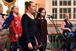 Tilda Nyström och Elin Bergman, tillsammans med kören, inledde adventskonserten med En julsaga av The Pogues.