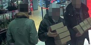 Här misstänks mannen ha hämtat ut ett antal paket tillsammans med en okänd kumpan på en affär i Västerås.