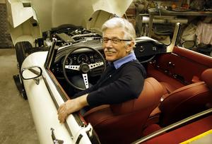 Åke Jämtsäter i sin Jaguar E-type. I fronten syns den tolvcylindriga motorn. Klädseln på bilen var från början svart, men Åke har bytt ut den mot en röd inredning.