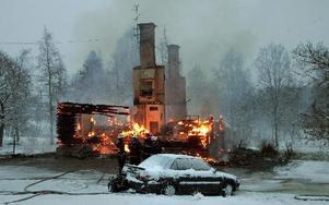 Ett flerfamiljshus i Norns bruk brann ned klockan 04 på morgonen den 5 december 2012.FOTO: MIKAEL ERIKSSON/ARKIV