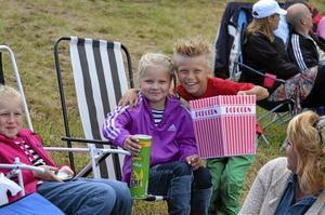Leo Eriksson tog med sig en jätteskål med popcorn och flickvännen Stina Larsson till Kvarntorpshögen. Bredvid sitter kompisen Lisa Klingvall och Lisas mamma Jenny Klingvall.
