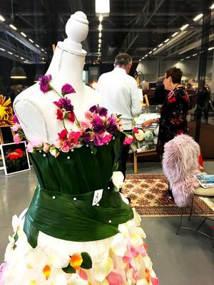 Irene Hagströms bidrag till utställningen med klänningar gjorda av blommor.