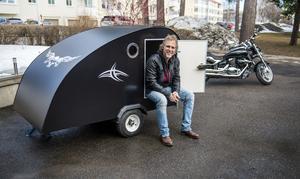 Den nybyggda husvagnen ska ersätta tältet och Krister Pettersson ska slippa frysa i sommar.