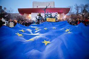 Demonstranter med EU-flaggan vid protester mot den rumänska regeringen tidigare i våras.