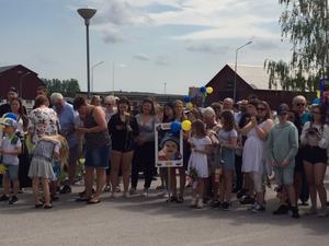 Nära och kära väntade otåligt på att få gratta med både ballonger och personliga studentskyltar.