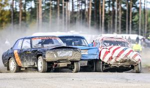 Det var hårt in i första sväng med Lilleman Andersson, Junior Holmin och Christian Tjernell.