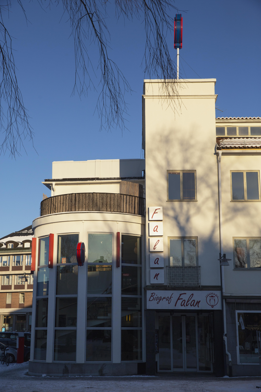 Idag har biografen fyra salonger och man vill utöka till sex salonger.