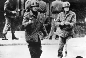 Rebellofficerare riktar vapnen mot kameramannen Leonardo Henricksen under ett kuppförsök den 29 juni 1973. Två och en halv månad senare gjorde Pinochet sin militärkupp mot president Allende. Bilden är tagen ur Henricksens egen film, han arbetade tillsammans med SVT:s dåvarande latinamerikakorrespondent Jan Sandquist.