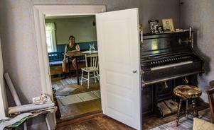 """Orgeln har stått i Skattlösbergs skola där Dan Anderssons far var lärare. När skolan brann var den det enda som byborna hann rädda. """"Dannes mor Augusta som var den musikaliska och har säkert spelat på den"""" säger Maria Norgren."""