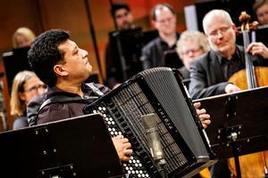 Lelo Nika har gästat Nordiska Kammarorkestern förr; en lysande flyhänt och virtuos dragspelare som här hade skrivit musiken själv. Bild: Lia Jacobi
