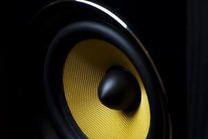 Polisen kommer ofta rätt snabbt och då sänker man förstås volymen på musiken tills polisen åkt och volymen skruvas upp igen, skriver insändaren. Foto: Republica från Pixabay.