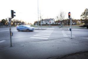 Här i korsningen Parkvägen/Skogmursvägen blev Magnus påkörd av en bilist.