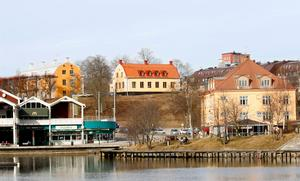 Från inre Marens västra strand syns McDonald's-huset till vänster och Sorbonhuset till höger – och med Gamla flickskolan där ovanför på Orionkullen.
