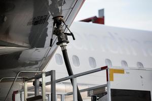 Det räcker inte att tanka flyget med biobränslen. Gör det dyrare att flyga, skriver Klimatsvaret Lars Almström.