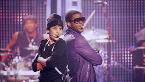 Adepten med sin mentor. Justin Bieber sjunger duett med mentorn Usher, under tonårsstjärnans konsert på Madison Square Garden i New York.