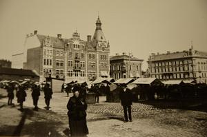 Här pågick torghandel för fullt. Bilden är tagen efter ödesdigra Sundsvallsbranden 1888. Fotografen är okänd. Sveriges dåvarande arkitektelit kom att bygga upp en stenstad som i dag anses vara en av Europas mest unika stadsbebyggelser.