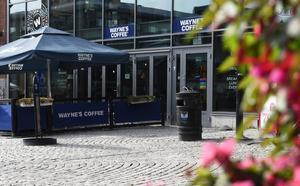 Waynes coffee ligger vid stora torget i Örnsköldsvik.