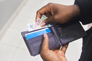 Det kontantfria samhället rycker fram allt fortare. I hastigheten glöms bort att sedlar och mynt ha fortfarande har viktiga roller att spela. FOTO:  Isabell Höjman/TT