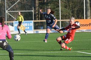 Kvarnsvedens Lova Lundin testar skottet, samtidigt som Gustafs Sara Sissela försöker avvärja.