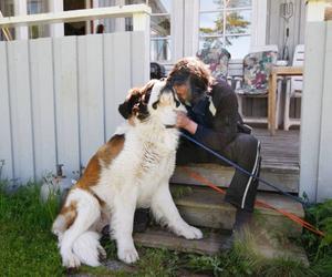 """""""Tänk om polisen kommer och tar dig också, det får inte hända"""", säger Mats-Olov Sparrman och ger hunden Bamse en jättekram."""