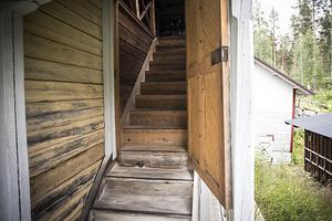 Trappan upp till övervåningen är troligen tillbyggd någon gång för den täpper till genomgången till loftgången på andra sidan av huset.