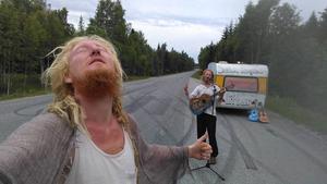 Sommaren 2017 åkte Tommie och Mathias tillbaka till Sverige en sväng för en tv-inspelning. De fick flygbiljetter tur och retur av produktionsbolaget. Under vistelsen i Sverige liftade de runt med en husvagn. Foto: Privat
