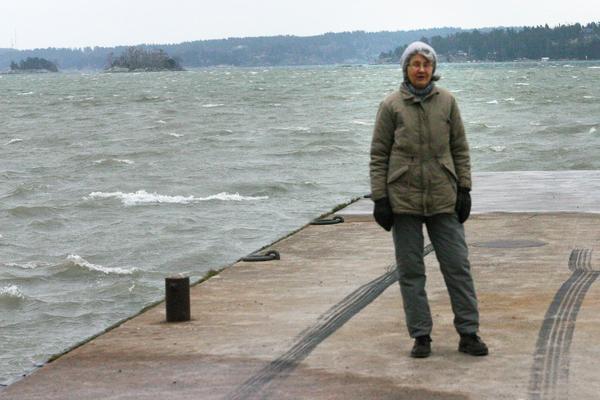 Eva Hultman på Söderby brygga i Haninge. Det var härifrån som Lennart gav sig ut på sin sista skridskotur för snart två år sedan. Foto: Solveig S Thörnblom