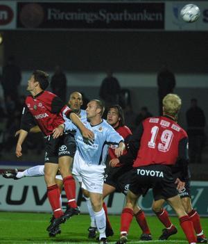 Niklas Skoogs första möte med sina gamla lagkamrater slutade med ÖSK-seger med 3–1. Här i nickduell mot Thomas Andersson och Gustaf Andersson. Malmöspelaren i bakgrunden är Daniel Majstorovic.