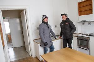 På övervåningen till skolbyggnaden finns en lägenhet som förmodligen har använts av skolans vaktmästare. Den ska ny byggas om.