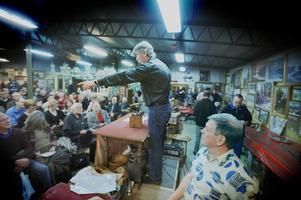En  bild från 2008. För många är det här bilden av Peter Ericsson – med auktionsklubban i högsta hugg. Foto: Arkiv/Katarina Hansson