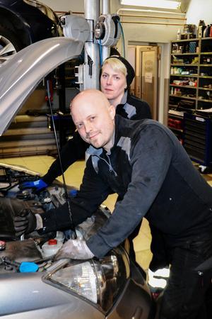 Emma och Mattias jobbar i en anrik verkstad som fortsätter att utvecklas.