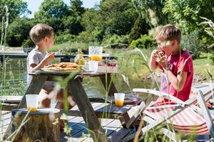 En picknick med barnen är ett av Länsförsäkringars förslag på klimatsmarta och billiga aktiviteter under sommaren.