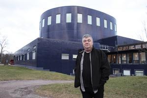 Hans Surte Norin framför Gävle konserthus, hans gamla arbetsplats.