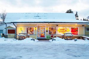 I Järbo finns också en lanthandel, men konkurrensen om kunderna kommer i första hand från de större butikerna i Sandviken, menar Pernilla Sundström.