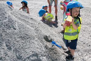 3-årige Arvid Lejdström på Gäddeholms förskola var en av flera barn som tog första spadtaget till den nya konceptförskolan på området Malmen på Gäddeholm.