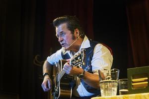 Han spelade många klassiska låtar under showen.