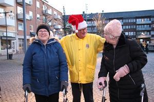 En av Lions tomtar John Vognild pratade med Irene Andersson och Irene Sundberg som tyckte det var fint att se alla barnen som dansade och var glada.