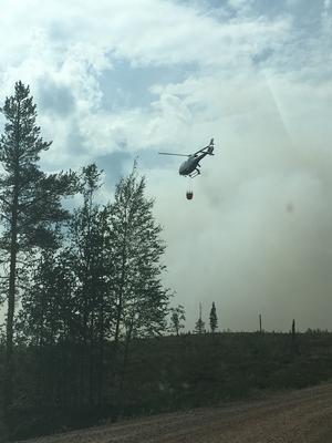 Vattenbombning av helikopter har gjort stor skillnad. Samtidigt har logistik med flygbränsle varit en utmaning.