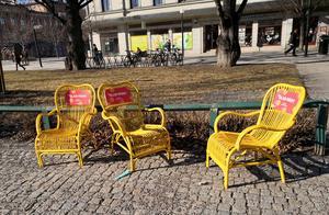 Gula korgstolar placerade vid fontänen i Vängåvan. Tanken är att folk ska få flytta stolarna dit de själva vill sitta.