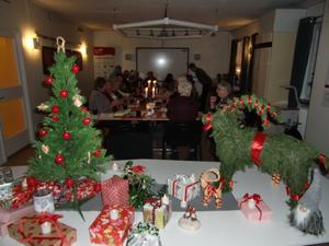 Tvillingsta bocken med paketen vid den lilla granen, i väntan på julklappsleken.