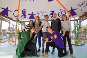 Anna Pang och Teres Selberg från föreningen Dansbana! var på plats när taket kördes till platsen, tillsammans med fyra elever från bildklassen på Wendela Hebbegymnasiet och formgivaren Sepidar Hosseini.