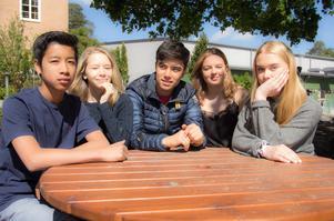Kim Nakhwan, Tyra Jangestig, Ali Sina Hasani, Tyra Eklöf Marsten och Emma Höög i klass 8 b.
