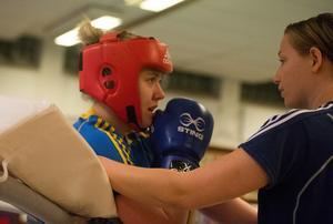 Rebecka får feedback av landslagstränaren Lina Skogshagen under ett pass i Sporthallen på söndagen.