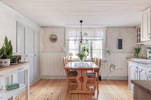Vitt och lantligt kök. Foto: Fastighetsbyrån Köping